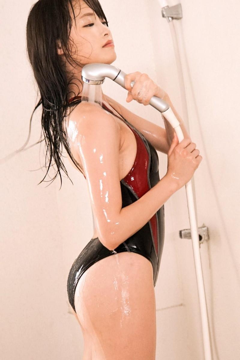 シャワーを浴びる競泳水着のお姉さん!