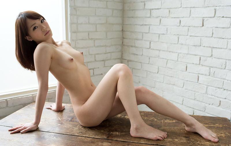 美女の細い脚線美!