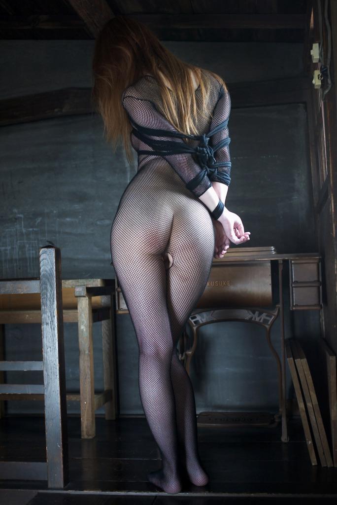 拘束された全身網タイツのお姉さんの後ろ姿!