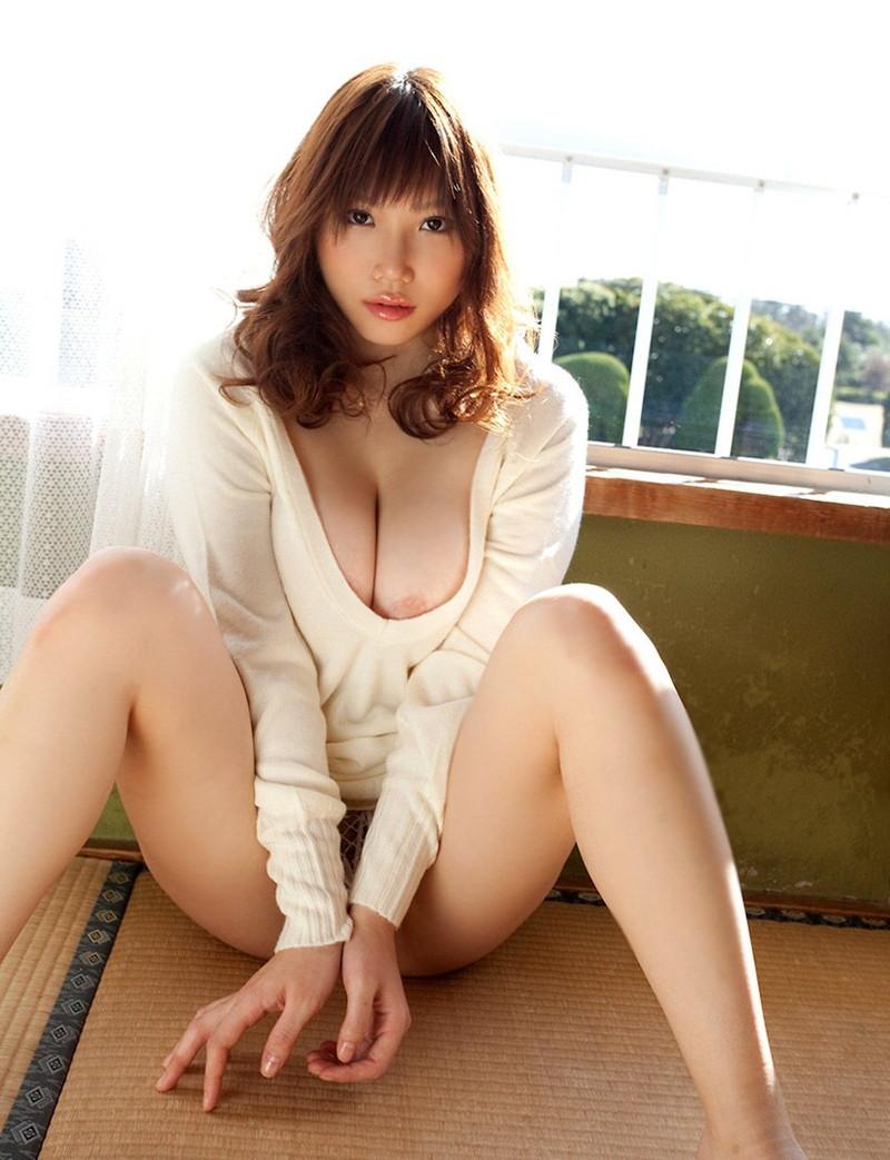 美麗的女人的襯衫在拍子中難以忍受!
