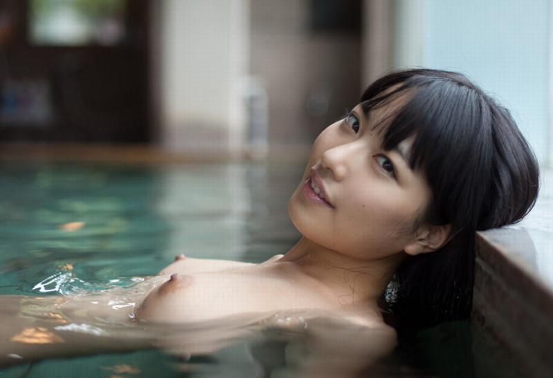 美女の湯舟に浮かぶ美乳が堪らない!