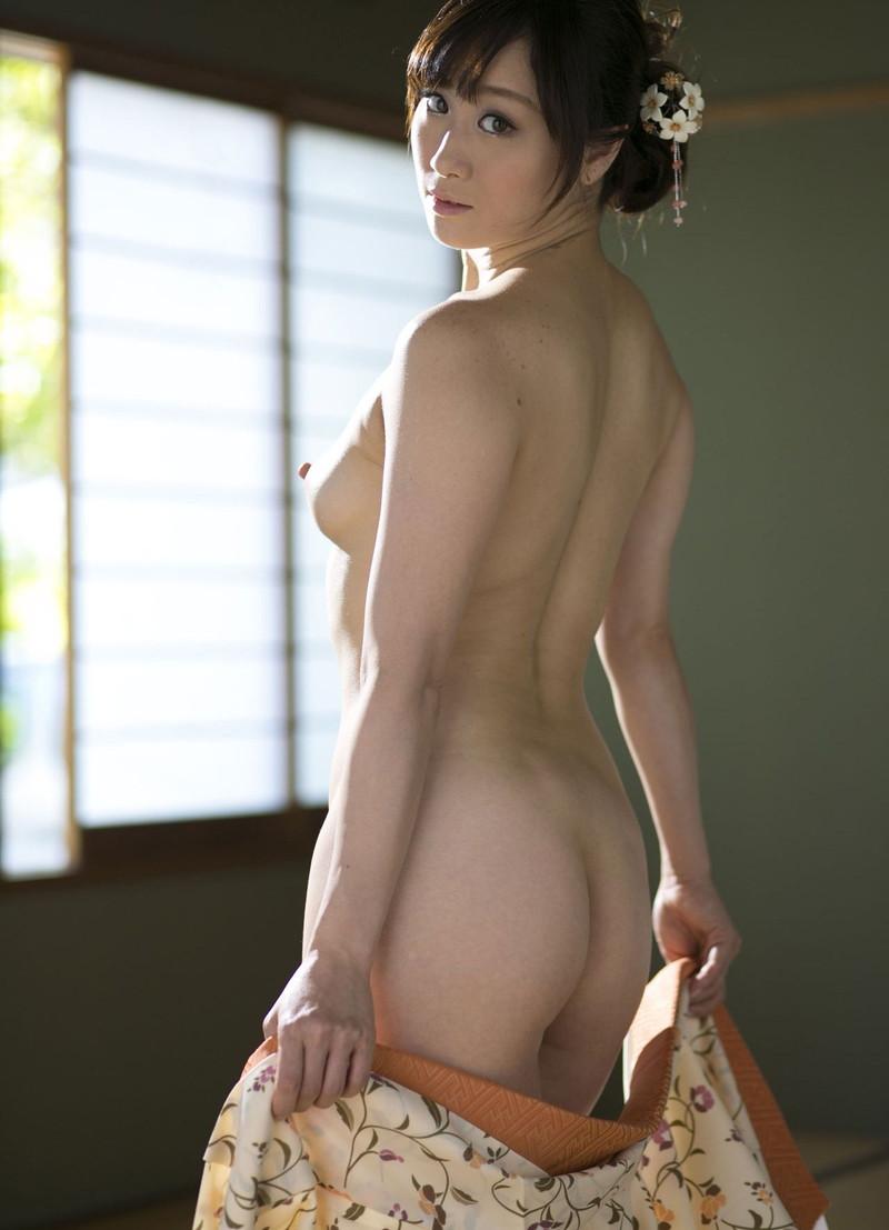 脱いだ着物かれ美女の裸体が…