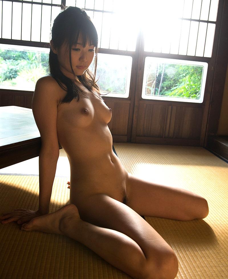 ぺったんこ座りの全裸美少女!