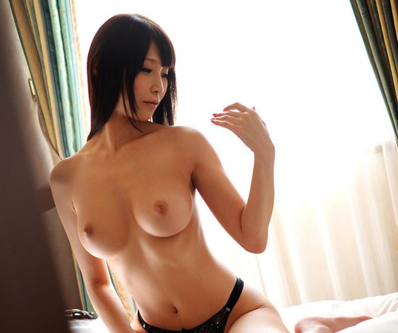 スレンダー巨乳の美女のトップレス!