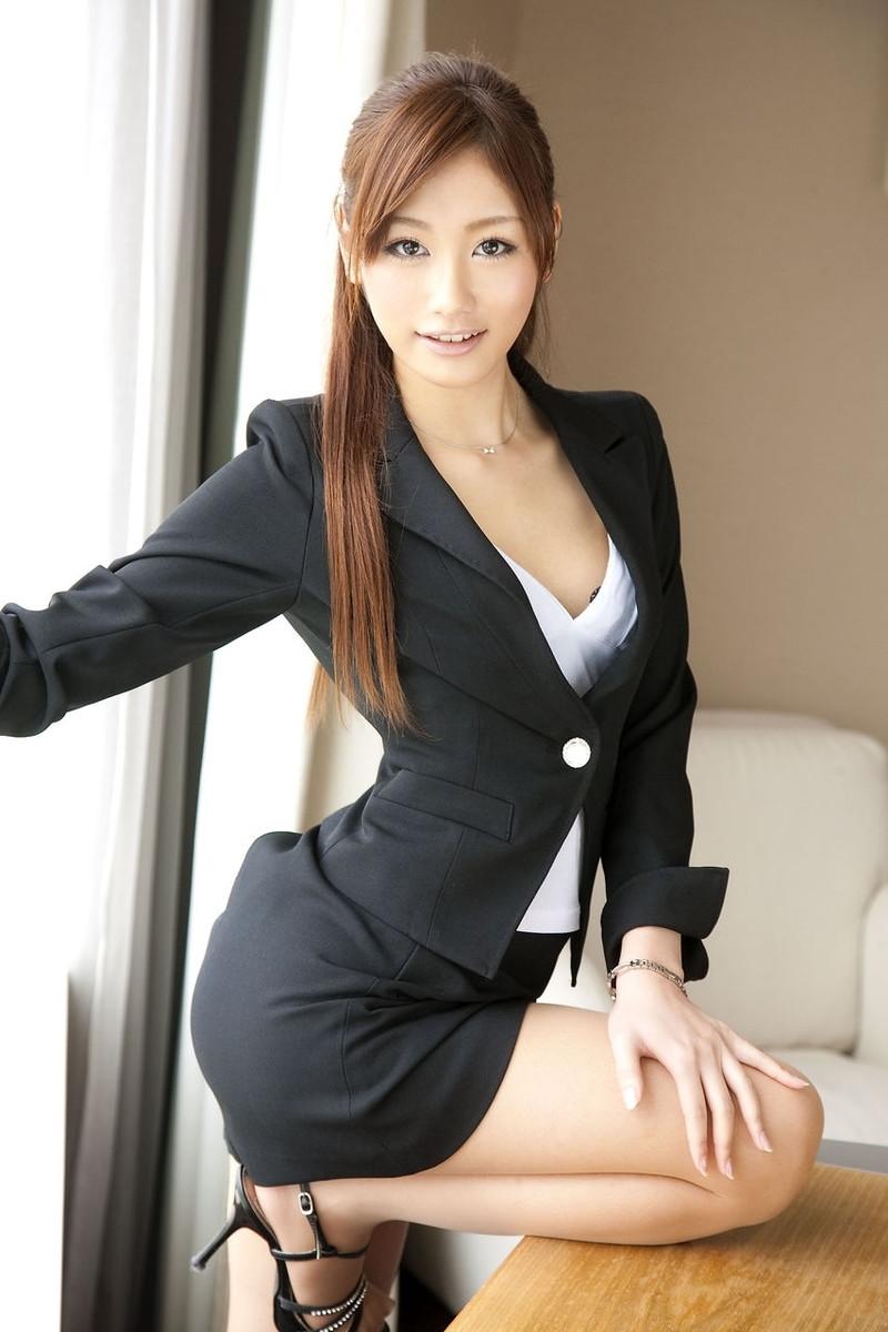 パツパツのスーツがそそる美女OL!