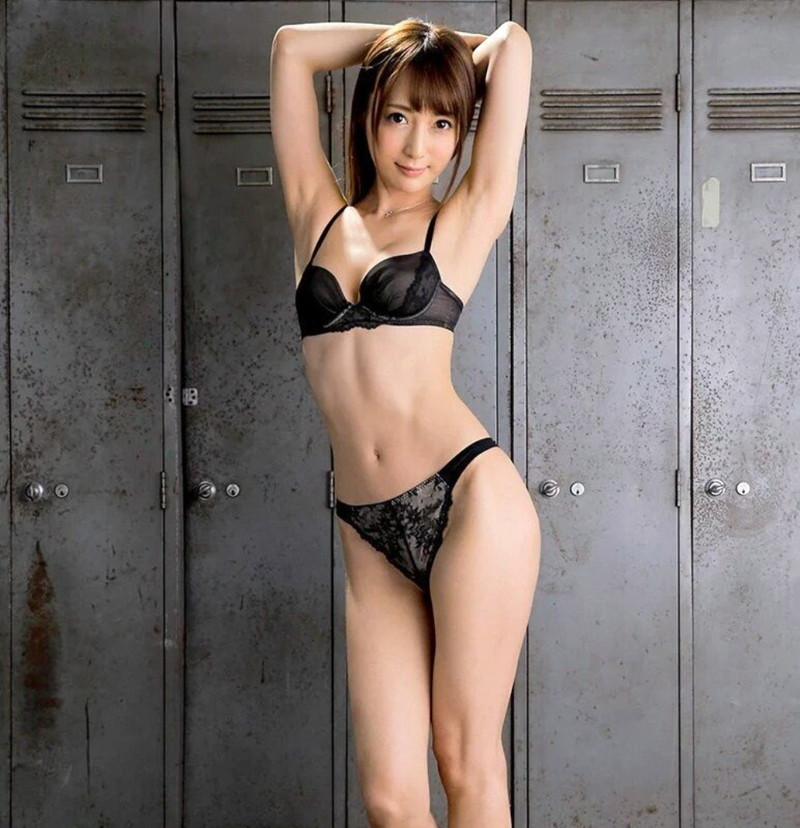 スレンダー美女の黒下着!