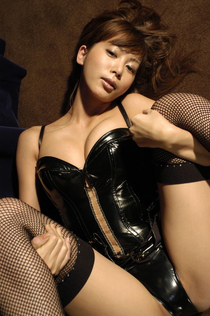 黒のボンテージがそそる美女!