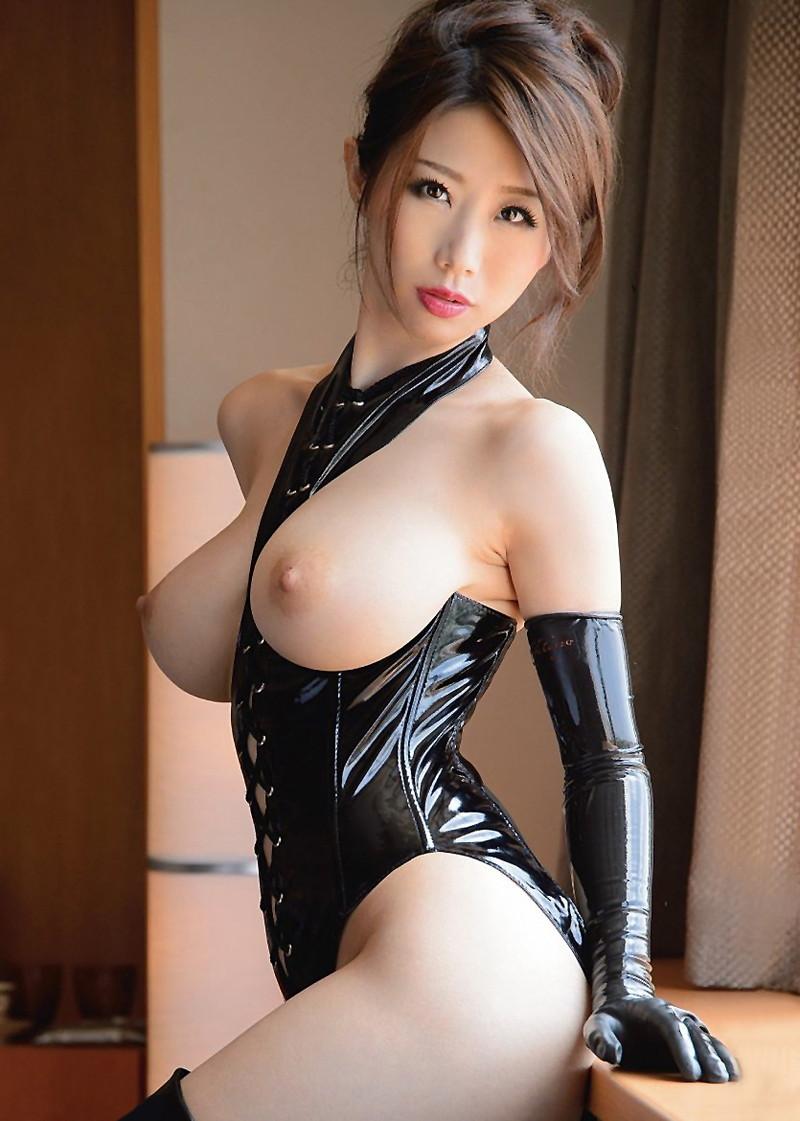 美白の柔肌と黒のボンテージ!