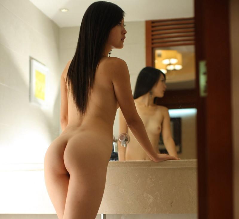 スレンダー美女の美脚がそそる!