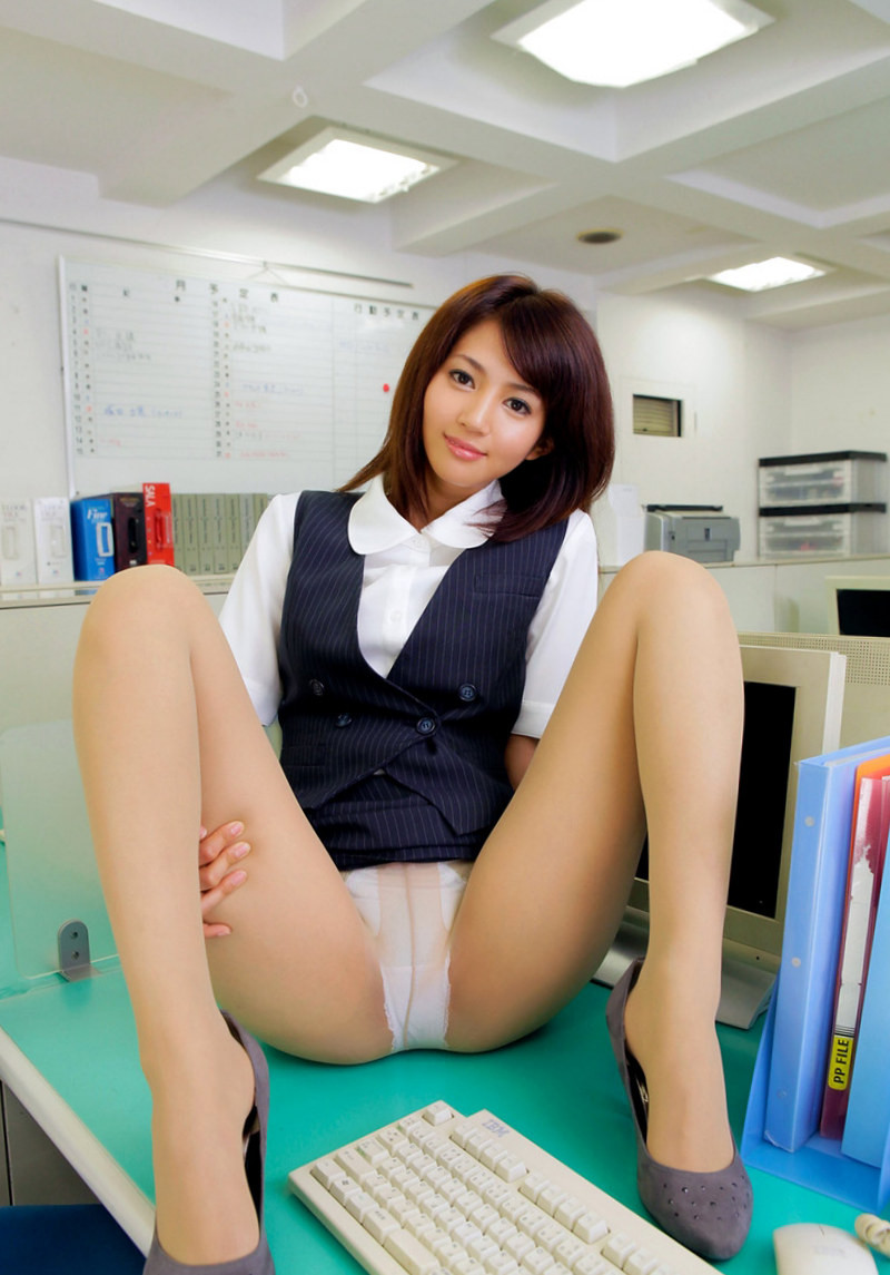 パンツ丸見えのM字開脚!