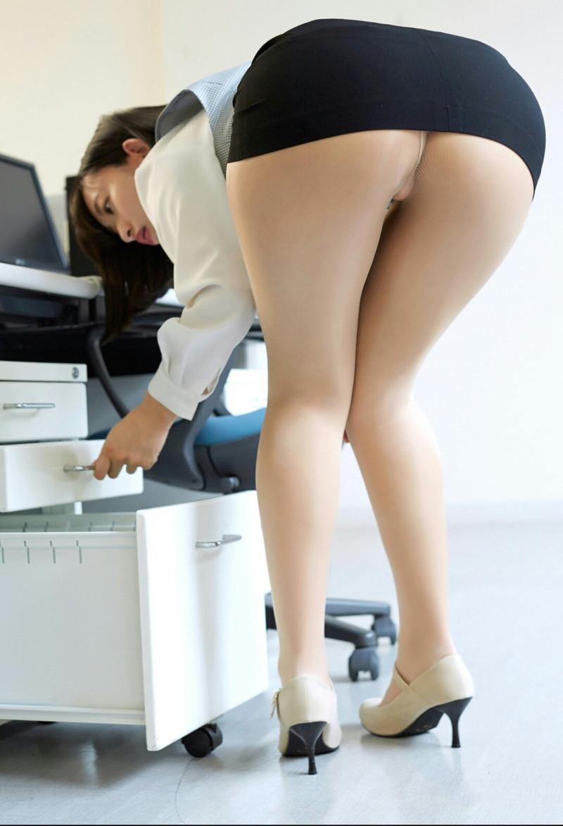 パツパツのタイトスカートがエロい前屈み姿!