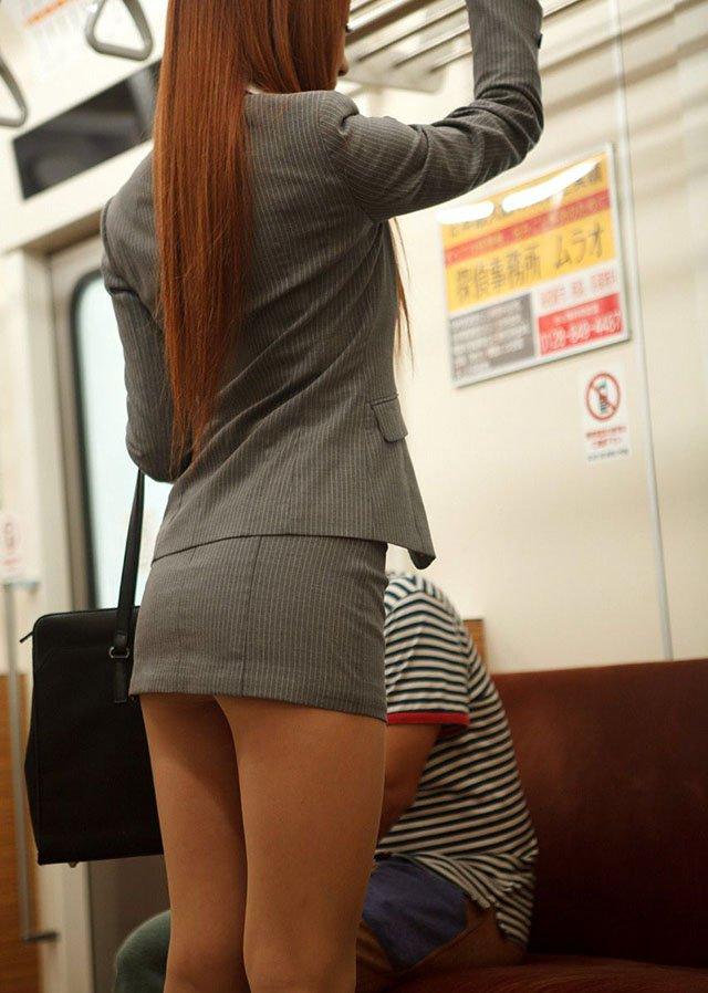 電車でマイクロミニのタイトスカート見かけたら…