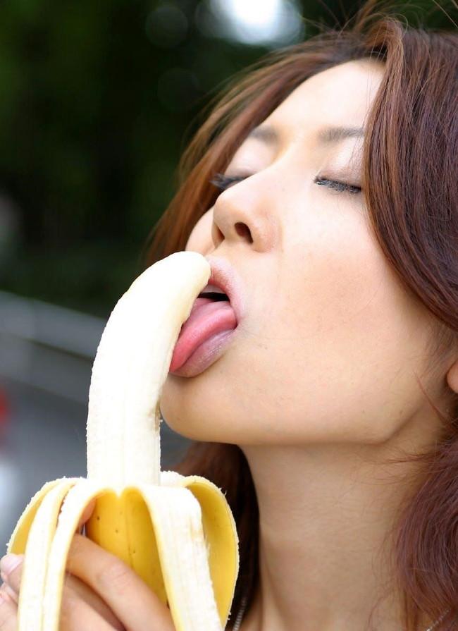 バナナの裏筋舐める美女!