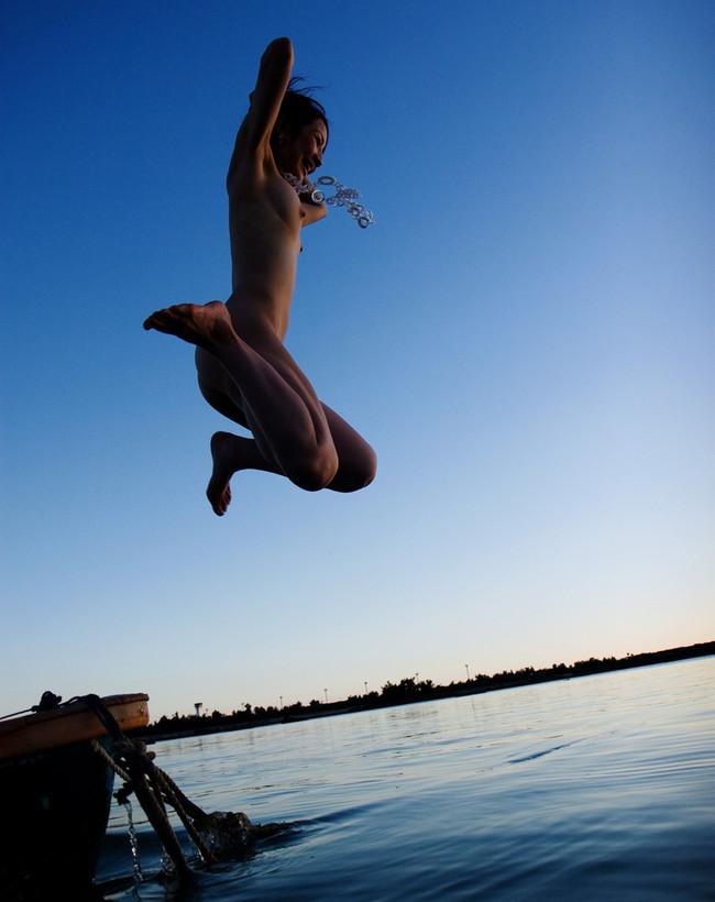裸で海に飛び込む瞬間!