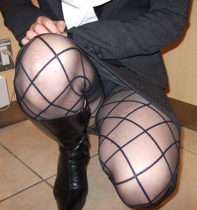 網の目入ったストッキング履いてしゃがみパンチラ!