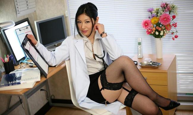 美脚の女医がガーターベルトを…