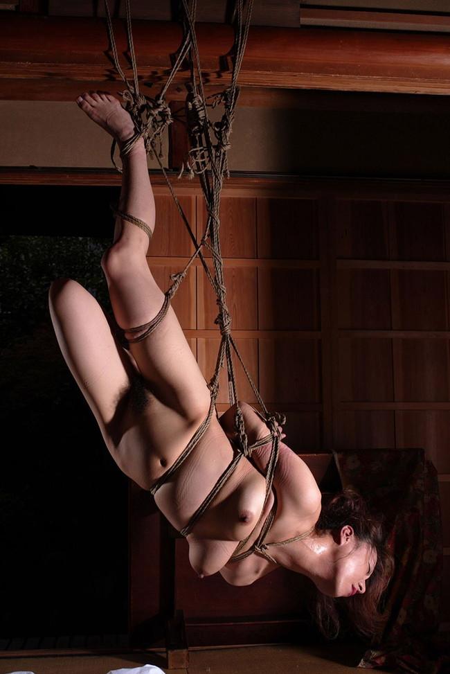 緊縛で吊られて…