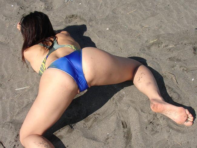 浜辺でキワキワの競泳水着!