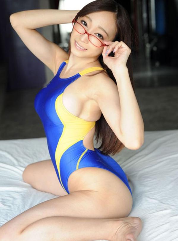 メガネ美女が競泳水着で…