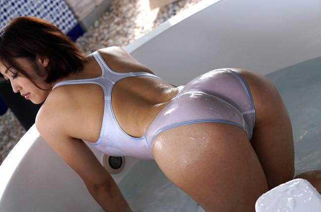 透けてくる白い競泳水着にムラムラ!