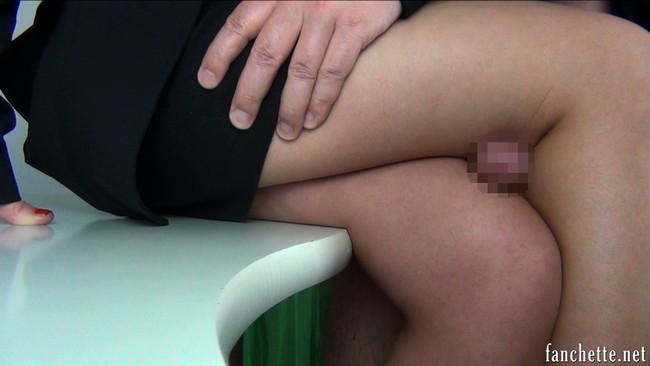 タイトスカートから伸びる美脚で腿コキ!
