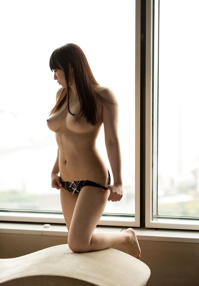 パンツ脱ぎ掛けてる美女に見惚れる!
