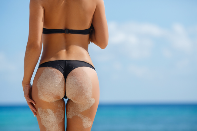 魅力的な美尻がビーチで注目の的!?