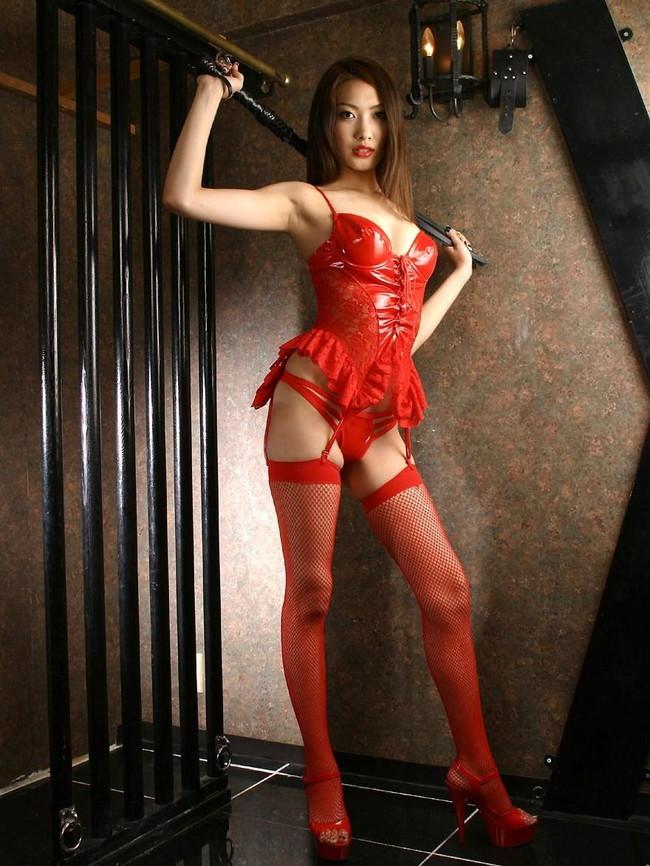 赤いボンテージが魅力的!