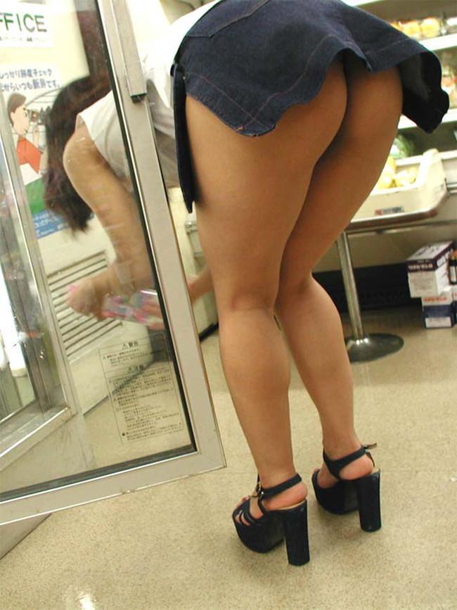 ノーパン尻丸見えで買い物中!