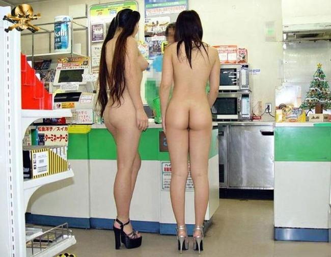 全裸で買い物に来た2人!