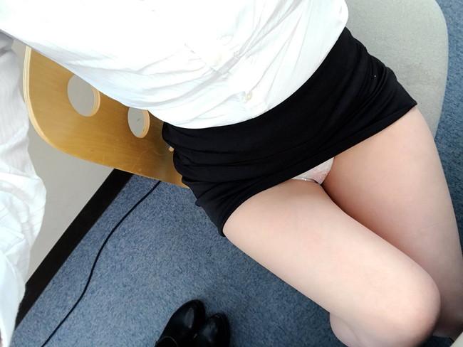 タイトスカートからの美脚を自撮り!