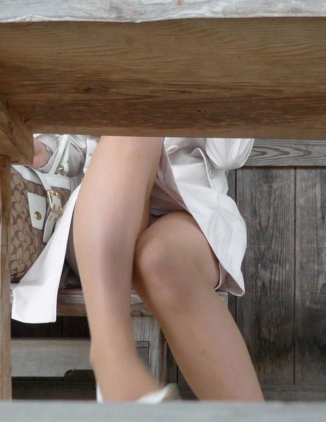 机の下でのパンチラ!