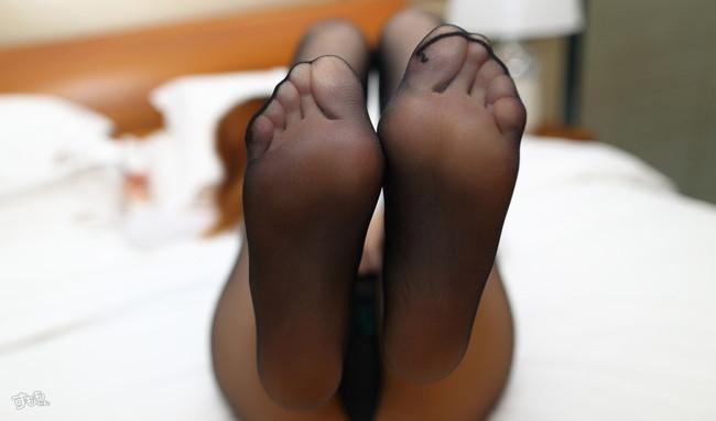 パンスト履いてる足の裏にも興奮!