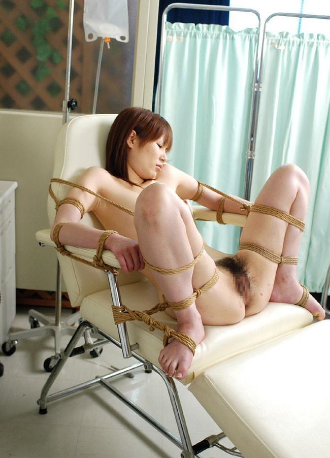 裸で緊縛されたお姉さんに放置プレイ!