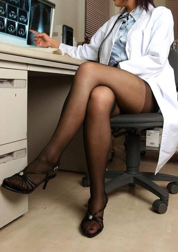 女医の美脚に診察結果も聞こえない!
