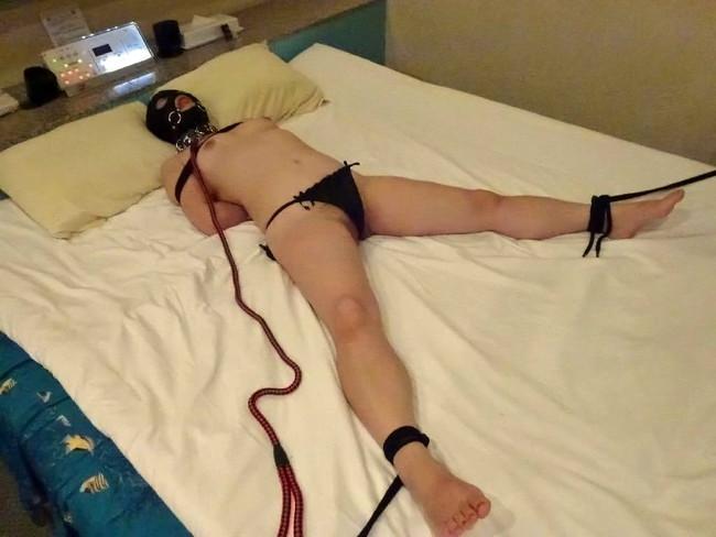 マスク付けてベッドに拘束!