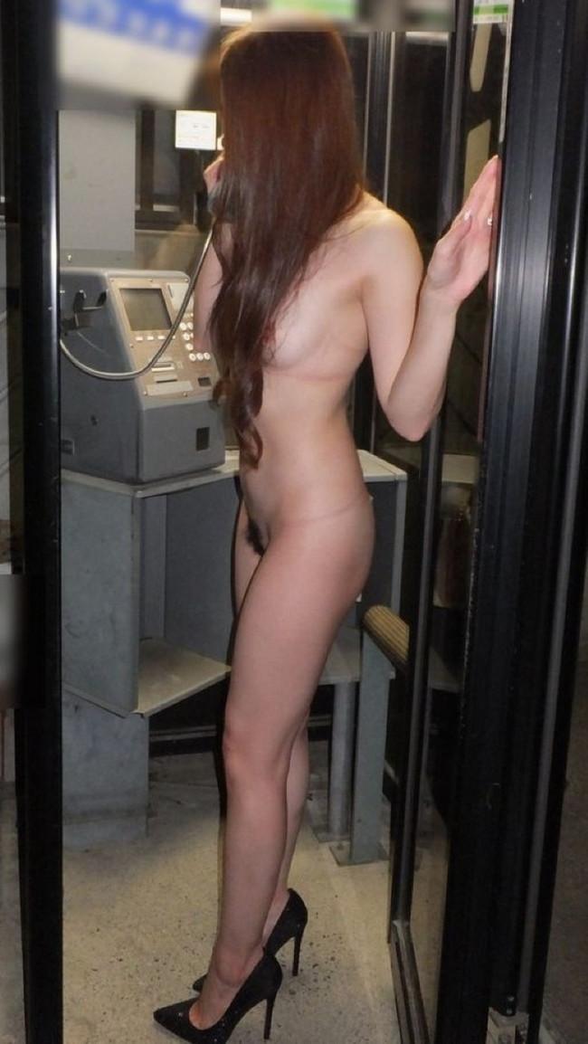 全裸で公衆電話!
