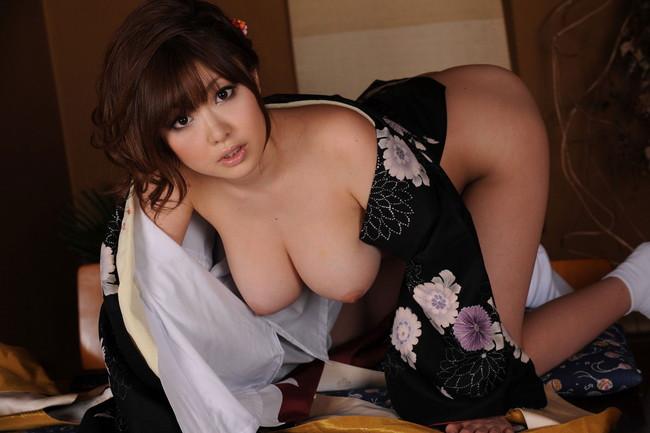 着物美女の巨乳が垂れる四つん這い!