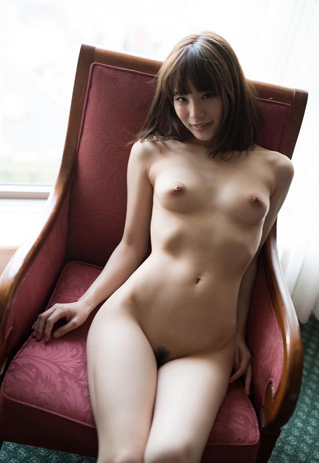 椅子に座ってフルヌードしてる美女!