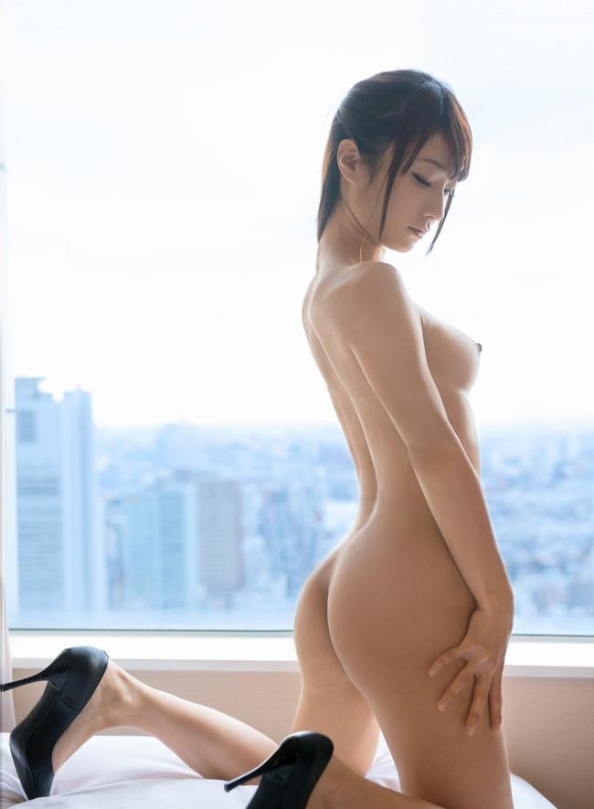 全裸にヒール姿で膝立ちヌード!