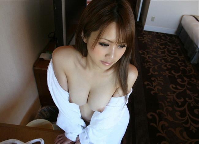 バスローブからこぼれる美乳!