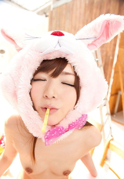 ウサギの着ぐるみ被りながらのキス顔堪らん!