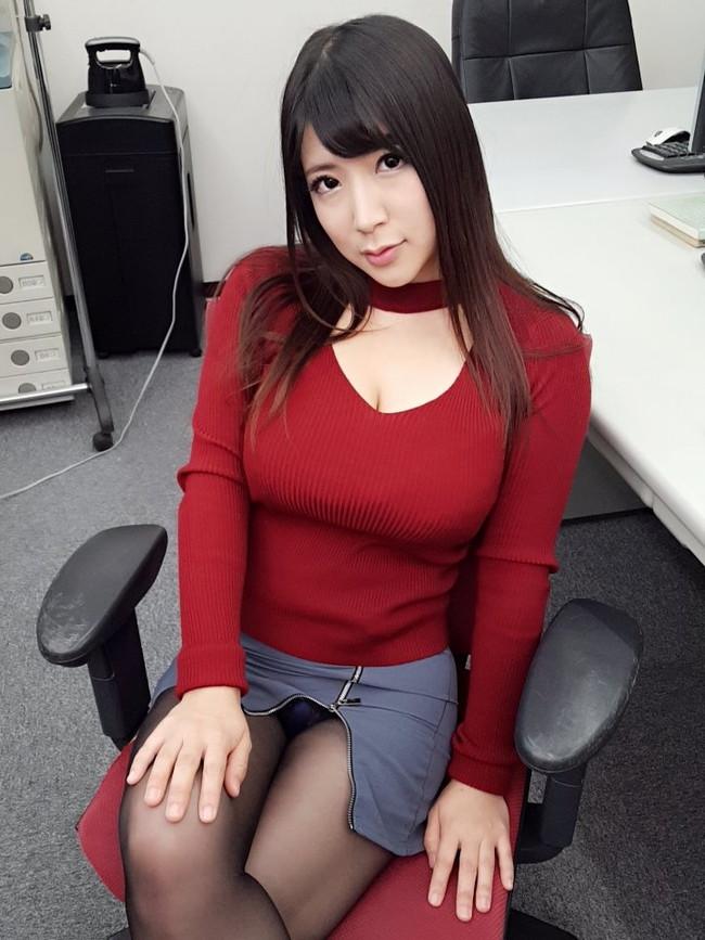 オフィスで色気抜群な美女が…