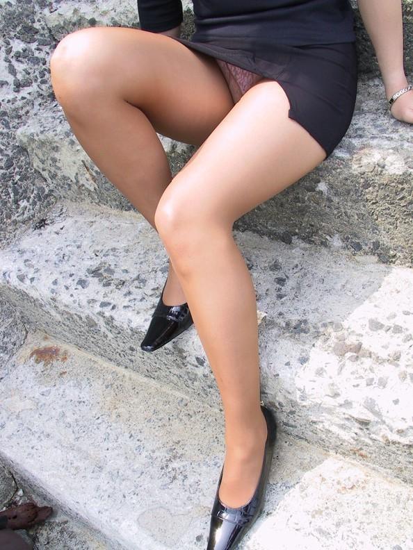 美脚がそそるタイトスカート!