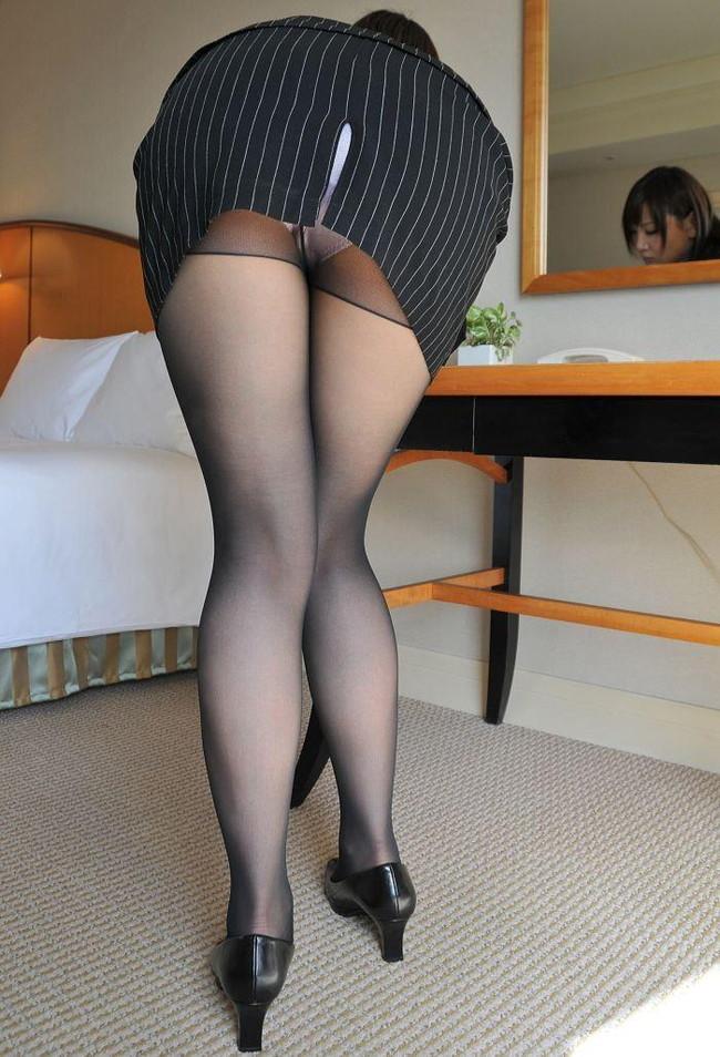 パンストセクシーな美脚とミニタイトスカート!