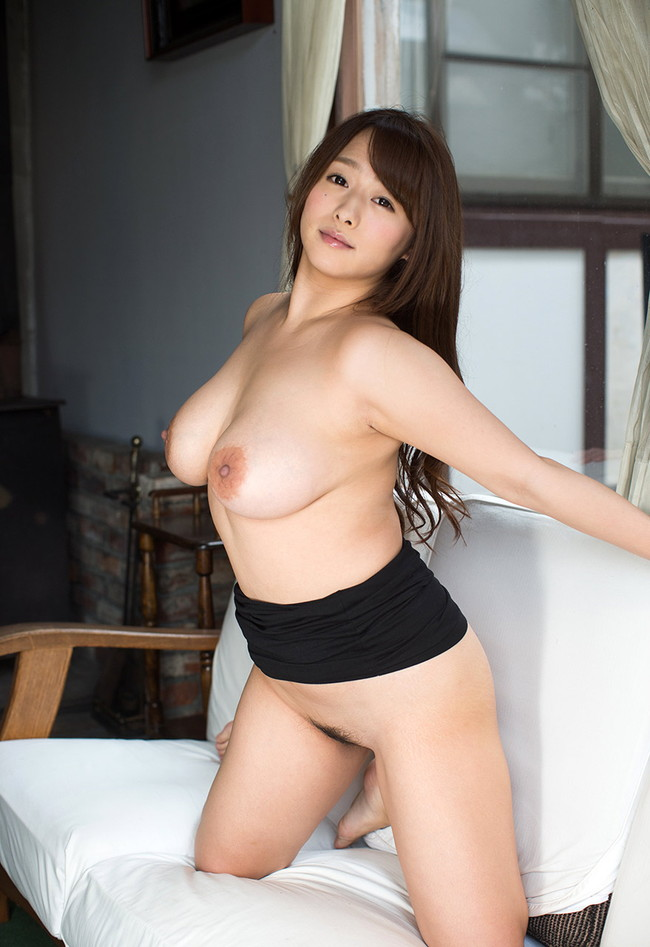 全裸にスカート姿がそそる!