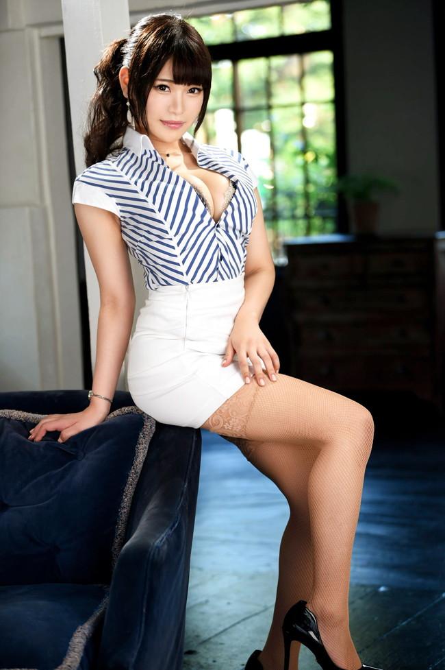 美脚がそそるタイトスカート美女!
