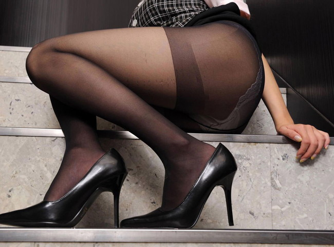 階段で美脚を見せつけ!