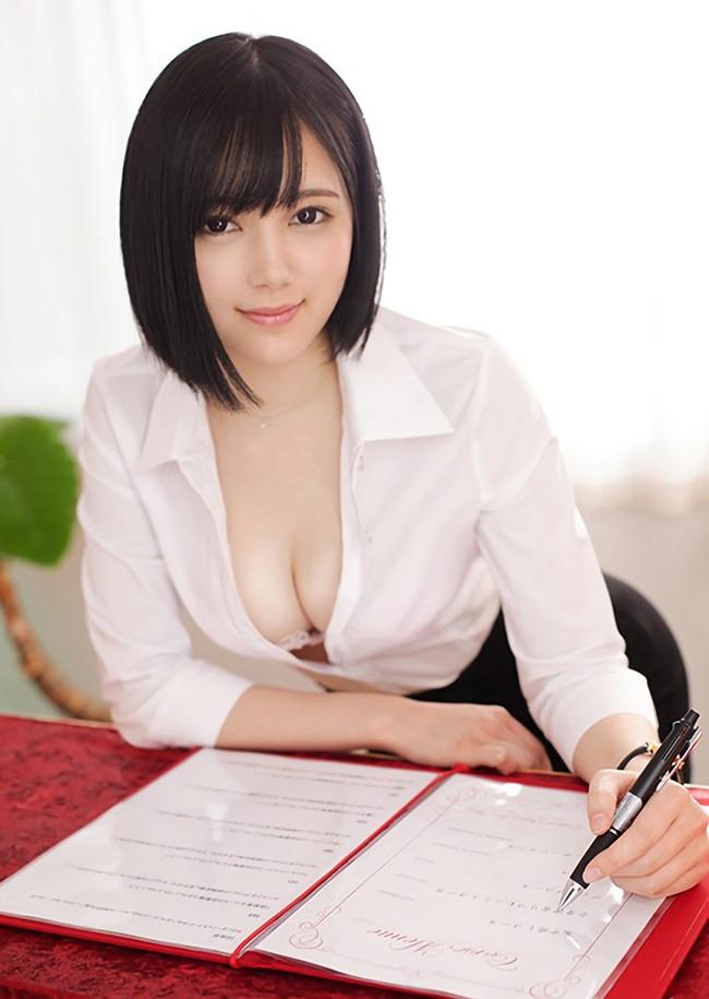清楚な美女のシャツに谷間!