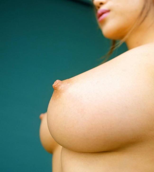 横から見たら乳首はエロい!